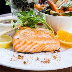 les filets de saumon froids, pochés en court-bouillon est un excellent plat Méditerrannéen