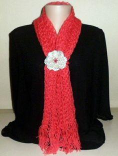 Echarpe feito em tear de pregos. Flor em crochê prateado com miçangas R$ 60,00