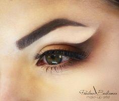 Find more about pencil makeup technique from makeup trainer Atelier Paris Bucharest, Paulina Buldumea.  #pencilmakeup #makeuppenciltechnique #makeupartistpaulinabuldumea
