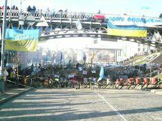 Via Laurent Brayard Barricade du #Maïdan à #Kiev et drapeau nazi de l'#UPA, hiver 2013-2014