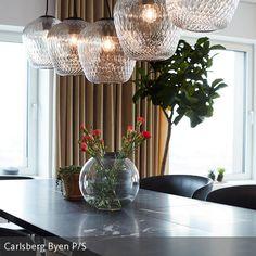 Alle HANDVÄRK Tische sind aus mehreren Marmorplatten zusammengesetzt. Aufgrund der Beschaffenheit des Marmors, ist jeder Tisch ein Unikat. _______________________ #esstisch #blown #leuchte #andtradition #beleuchtung #lighting #licht #esszimmer #kugelvase #interior #styling #home #wohnen