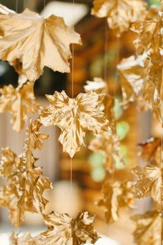 adorno colgante de hojas secas pintadas de dorado