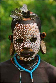 Art can live and die on the stage. Art can live and die with the paint on our skins instead of canvasses. Witness the living art of the Omo . Arte Tribal, Tribal Art, Tribal Dance, African Tribes, African Art, African Braids, Mursi Tribe, Folk, Atelier D Art