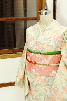 華やぎがありつつ優しくやわらかな色糸で一面のお花模様が織り出された正絹紬の袷着物です。