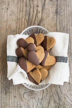 Biscotti con farina di castagne sono buonissimi e se avete del caffè avanzato potreste aromatizzarli aggiungendone qualche cucchiaio all'impasto