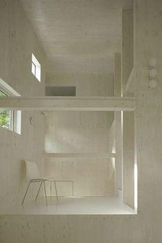 建築師赤坂一郎在日本札幌,進行了「窗的趣味體驗」設計,由於地理位置使基地有較長的冬日,因此設計者利用多處、及不同大小的開窗,反射外在光線,使居住者在室內能享受更多不同的自然表情。 Akasaka Shinichiro Atelier(赤坂一郎工作室) http://www.akasaka-atelier.com/