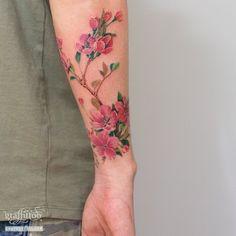 남자 팔에 새겨진 벚꽃 타투 +더 크구 많은 사진은 홈페이지에~ http://graffittoo.com  #벚꽃 #타투 #cherryblossom #tattoo #flowertattoo #그라피투 #타투이스트리버 #수채화타투 #watercolortattoo