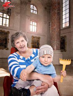 #Oma und #Enkelkind gemeinsam auf dem #Roten Sessel. Im #Kreuzherrnsaal #Memmingen. Chair, Face, Home Decor, Photoshoot, Recliner, Homemade Home Decor, Faces, Decoration Home, Chairs