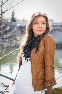 Photos mode : foulard-bandana noir Paisley blanc, blouson cuir camel, blouse coton blanc, collier à plumes - Olivia Schneider aka Oliviamode