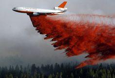 Löschflugzeug: Cedar City, USA, 2. Juli 2012Wasserlassen: Ein Löschflugzeug versucht mit riesigen Wassermengen einen der insgesamt zehn Waldbrände in Utah unter Kontrolle zu bringen.Bild: Scott G. Winterton/Keystone