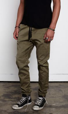 Example of cinched (leg bottoms) which I like Daily Fashion, Mens Fashion, Cool Outfits, Casual Outfits, Androgynous Fashion, Mens Joggers, Men's Wardrobe, Jogger Pants, Casual Wear