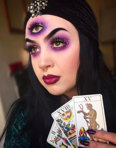 here arethe seven Last-Minutes Halloween Costumes That Only Require Makeup to do it at home. Circus Halloween Costumes, Halloween Queen, Last Minute Halloween Costumes, Diy Costumes, Fortune Teller Makeup, Fortune Teller Costume, Halloween Contacts, Halloween Makeup Looks, Halloween Stuff