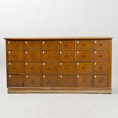 KÖPMANSDISK med 24 lådor, ek, 1900-talets början. Möbler - Skåp & Hyllor – Auctionet