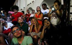 Grupo de manifestantes contra o impeachment da presidente Dilma Rousseff acompanha votação no bairro da Lapa, no Rio de Janeiro
