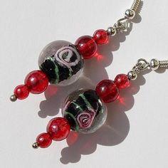 """Boucles d'oreilles en perles de verre rouges et perle """"lampwork"""" ornée d'une fleur : """"My Asian dream"""""""