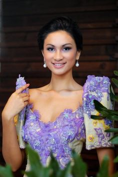 This dress reminds me of a lavender garden Philippines Dress, Philippines Culture, Filipiniana Dress, Filipiniana Wedding, Filipino Fashion, Philippine Women, Filipino Culture, Filipina Beauty, Long Skirts For Women