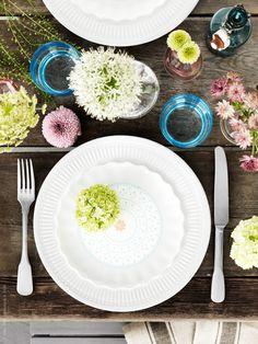 Vi dekorerar vårt rustika bord enligt tradition! Förutom SANNING porslin sätter vi sju sorters blomster i småvaserna VÅRVIND som kommit i färgat glas, och matchar med de himmelsblå glasen MUSTIG till.