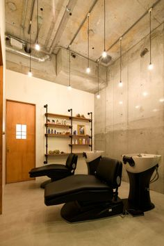 Image 10 of 15 from gallery of Ki Se Tsu Hair Salon / iks design. Photograph by Keisuke Nakagami Vintage Hair Salons, Design Salon, Salon Business, Hair Shop, Vintage Hairstyles, Funny Design, Architecture Design, Floor Plans, Ceiling Lights