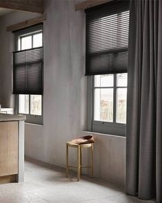 Raamdecoratie in meerdere lagen – ga voor ton-sur-ton! | Mrwoon Curtains With Blinds, Home Living Room, Home Curtains, Black Curtains, Honeycomb Shades, Home, Window Decor, New Homes, Home And Living