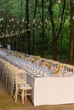 Catenarie di lampadine per illuminare i tavoli di un matrimonio nel bosco  romantico rosa Boho Chic