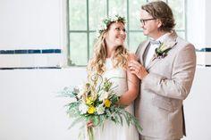 Boho-Hochzeiten werden aktuell immer beliebter... und das ganz zu Recht! Wir haben hier ein besonders schönes Foto von Christin und Felix rausgesucht. Dem Konzept entsprechend gestylt sind nicht nur das Brautpaar sondern auch unser Blumenbouquet und die passenden floralen Accessoires <3  _____  Location: EventHall Ilsede Stylist: Prinzessinenzauber Kleid: Hochzeitsblume Anzug: Mens Gala Fotografie: Stilecht Fotografie  #hochzeit #boho #braunschweig # heiraten Boho Stil, Christen, Wedding Dresses, Fashion, Newlyweds, Concept, Getting Married, Curve Dresses, Nice Asses