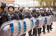 Agentes da PFA.  http://pt.wikipedia.org/wiki/Pol%C3%ADcia_Federal_Argentina