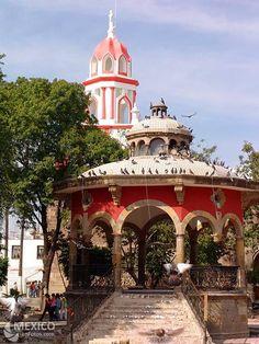 Kiosko en la plaza de Tlaquepaque, Jal. México