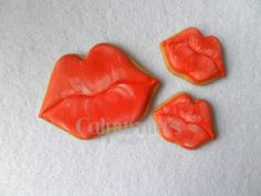 Kisses decorated cookies Valentine Cookies, Valentines Day Treats, Kiss Me, Cookie Decorating, Stuffed Peppers, Cookie Ideas, Decorated Cookies, Vegetables, Desserts