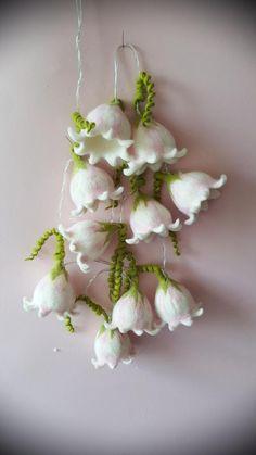 Fairy lights with felted bluebells Needle Felting Tutorials, Felt Fairy, Felt Purse, Nature Table, Types Of Flowers, Wet Felting, Diy Garden Decor, Felt Flowers, Fairy Lights
