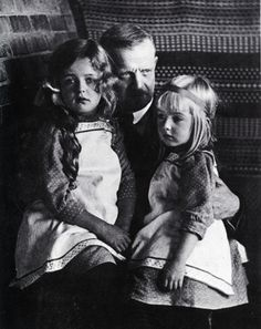 Famous Finnish composer Jean Sibelius with his youngest daughters Margareta and Heidi. Celebrity Skin, Celebrity Moms, Classical Music Composers, Vintage Children Photos, Precious Children, Concert Hall, Music Education, Ballet, Music Love