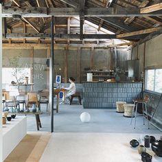 Shunsuke Kato(NOTA&design)さんはInstagramを利用しています:「気持ち良い温度。 本日は店内で作業してます。 _ #notashop #nota_shop #notaanddesign #interiordesign #shopdesign #gallery #cafe #shigaraki #信楽」 Industrial Cafe, Industrial Living, Cafe Japan, Gallery Cafe, Bokashi, Outdoor Restaurant, Japanese Interior, Cafe Shop, Interior Decorating