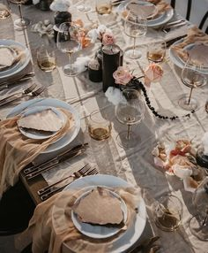 Love this boho vibe tablesetting decor for wedding reception Chic Wedding, Summer Wedding, Wedding Ideas, Black Candles, Wedding Table Decorations, Reception Table, Wedding Reception, Table Flowers, Tablescapes