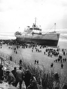 1965 Schip strandt aan kust IJmuiden | nuentoen.nl | NU - Een historische blik op het nieuws.