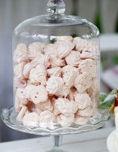 Recette Meringue Thermomix : Mettez le sucre glace, les blancs d'œufs et le sel dans le bol avec le fouet, faites tourner 5 s à vitesse 4 puis 5 mn à 50 °...