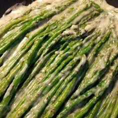 Aromatic Asparagus Pan Fried Asparagus, Ways To Cook Asparagus, Saute Asparagus, Asparagus Dishes, Grilled Asparagus Recipes, Potato Vegetable, Vegetable Dishes, Italian Side Dishes, Pine Nut Recipes