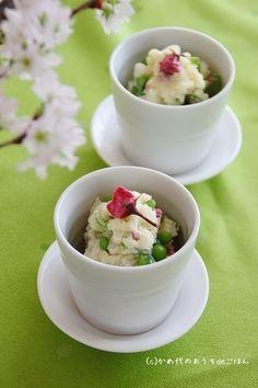 こちらも春の食卓にさっそく加えたくなる、とっても可愛いポテトサラダ。彩りも春らしく、一品加わるだけで食卓がパッと華やぎますね♪スナップエンドウと桜の風味が美味しいサラダは、お花見のお弁当にもぴったりです。
