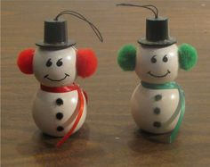 Original Vicki - wood bead snowmen. How darling! Get your wood beads at www.fizzypops.com ...what a great classroom crsft. We offer bulk discounts too.