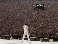Remembering Freddie Mercury & the Live Aid Performance - Deadshirt Queen Freddie Mercury, Queen Band, Queen Queen, Stevie Wonder, Freddie Mercuri, British Sitcoms, El Rock And Roll, 80s Hair Bands, Live Aid