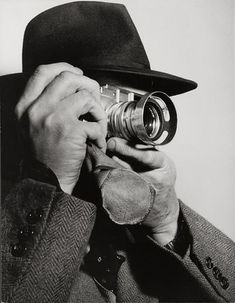 This photo by Dmitri Kessel shows another take on Henri Cartier-Bresson with one of his Leica cameras. Leica Summarit pursuing his favourite activity: photography. History Of Photography, Candid Photography, Camera Photography, Street Photography, Portrait Photography, Henri Cartier Bresson, Leica Camera, Classic Camera, Vintage Poster