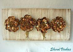 Cabideiros de madeira de demolição e flores de garrafa pet  Coat Racks of demolition wood and flowers pet bottle