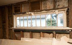 Uma característica doce desta cozinha era uma vez um empoeirado janela antiga