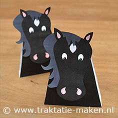 Giddy Up my little horselovers, a little box of raisins or mini candy and this Black Beauty print and you have a awesome treat to give! Free.pdf download. Traktatie voor kleine Paardenliefhebbers, een doosje rozijnen of mini snoepjes en deze print van Black Beauty! Gratis.pdf download.