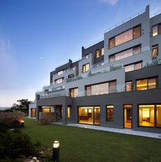 한강을 바라보는 그 자리, 테라스형 공동 주택. 한남 라 테라스 (출처 Jihyun Hwang) Co Housing, Sims House, House On A Hill, Modern Buildings, Condominium, Townhouse, House Design, Mansions, House Styles