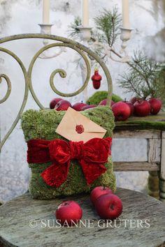 Mooskissen mit Post für den Nikolaus