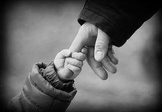 """Logo del fan del Convegno su """"La figura del padre nella serialità televisiva: La mano di un Bambino che aggrappata al dito del padre suo."""