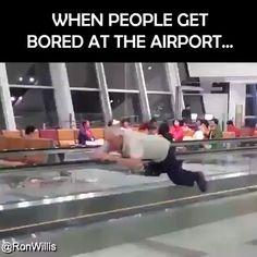 When people get bored at the airport. wegen people geht bored at the airport Silly Jokes, Stupid Funny, The Funny, Funny Jokes, Hilarious, Funny Video Memes, Funny Relatable Memes, Jokes Videos, Memes Humor