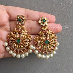 Indian Jewelry Earrings, Gold Bridal Earrings, Indian Jewelry Sets, Jewelry Design Earrings, Gold Earrings Designs, Stone Earrings, Earrings For Saree, Tikka Jewelry, Jhumki Earrings