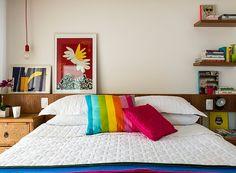 Duas pequenas prateleiras de madeira foram adicionadas a este quarto para abrigarem alguns livros da moradora. O tamanho escolhido pelos arquitetos do a:m studio de arquitetura é perfeito para quartos pequenos! (Foto: Edu Castello/Editora Globo)