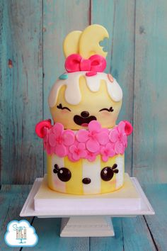 This custom made Num Noms birthday cake by Sugar High Inc looks like it tastes SO delicious and it's super cute! A Num Noms birthday party would be complete with a cake like this.