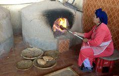 Woman baking bread, Agadir   Maroc Désert Expérience on Flickr   http://www.marocdesertexperience.com #maroc #morocco #marruecos #marocco